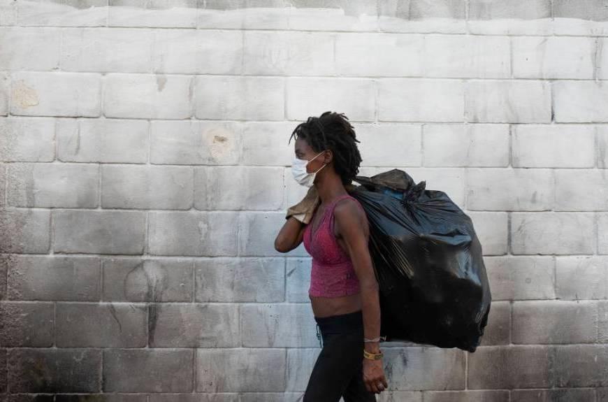 Coronavírus: mulher com máscara na Maré, no Rio de Janeiro (Fabio Teixeira/Reuters)