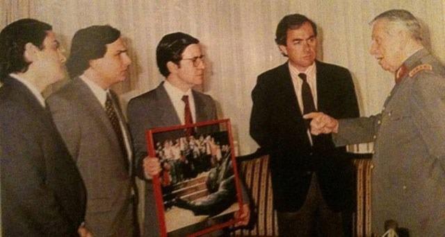 De izquierda a derecha: Los miembros de la UDI Pablo Longueira, Andrés Chadwick, Joaquín Lavín y Julio Dittborn, junto a Pinochet