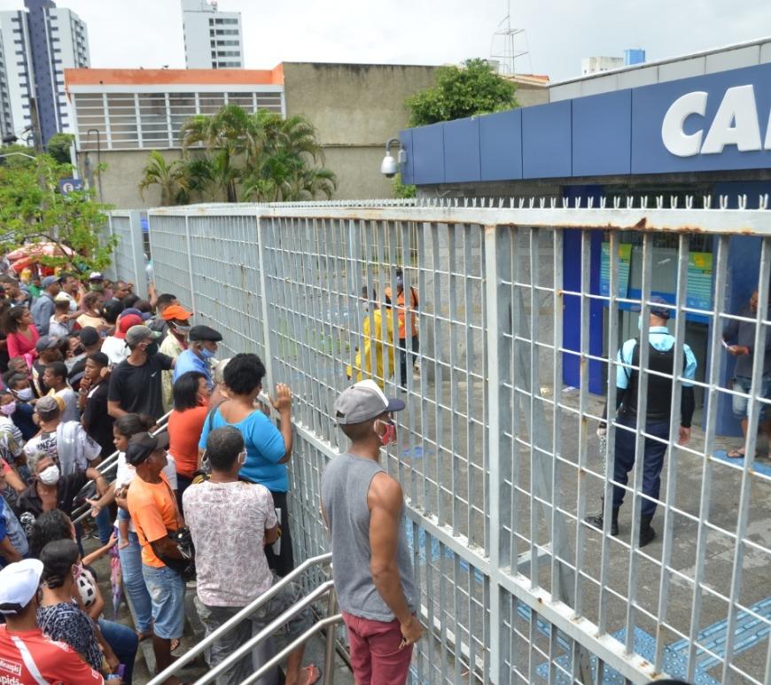 Filas em agências da Caixa no Recife - Foto: Arthur Mota/Folha de Pernambuco